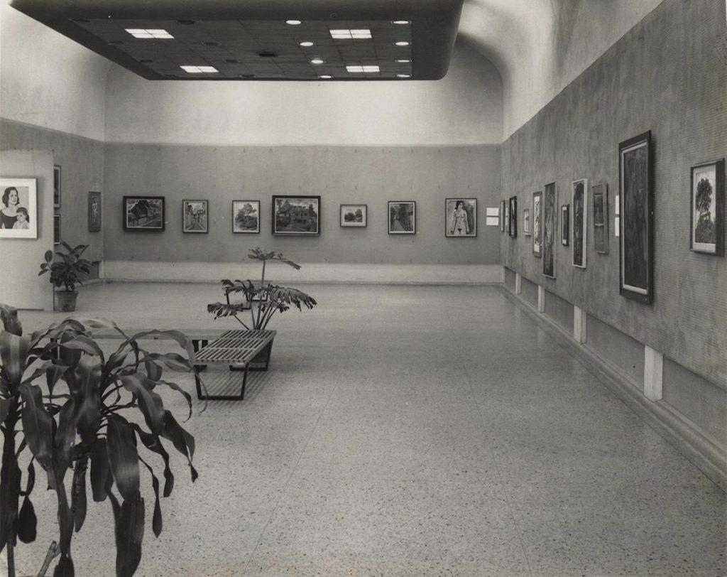 Detalle de la exposición 'Pintura y dibujos de Arana', 6 de agosto de 1963.