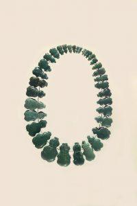 Presentación ideal de collar formado con 34 amuletos batraciformes, tallados en jadeita, entre 8mm a 32mm. Colección Centro de Investigaciones Arqueológicas, Museo de Historia del Arte, UPR-Río Piedras.